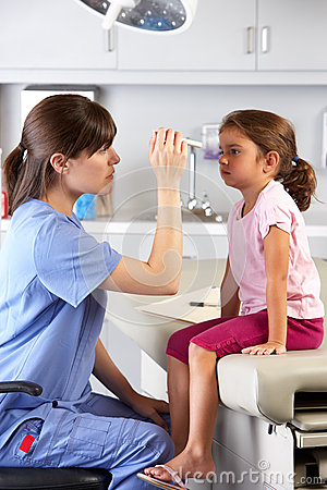 Doktor Examining Childs Eyes In Büro Doktors