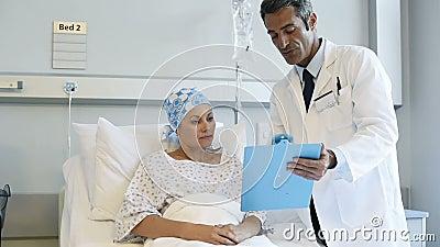 Doktor mit Krebspatienten stock footage