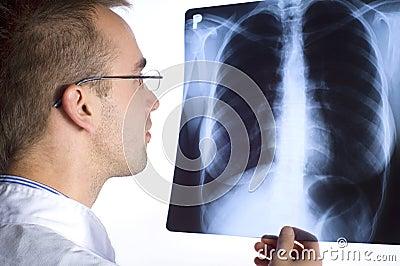 Doktor mit Röntgenstrahl
