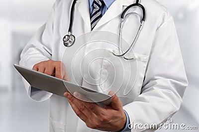 Doktor som använder den digitala minnestavlan