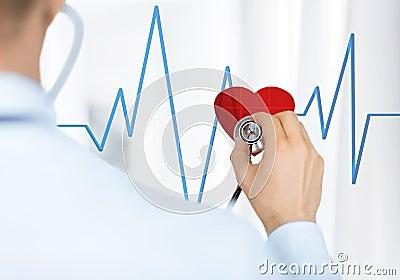 Doktor som lyssnar till hjärtatakten