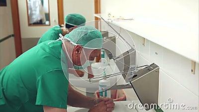 Doktoren, die Hände waschen stock footage