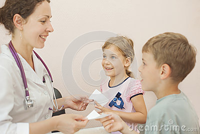 Doktorn ger recept för flicka och pojke