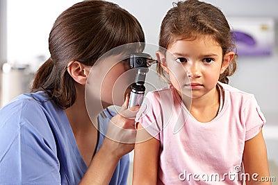 Doktorscy Egzamininuje dziecka ucho W lekarki biurze
