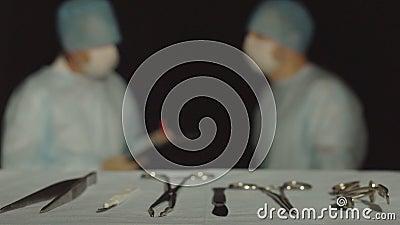 Doktorski chirurg uczy pomocniczego asystenta w trakcie operacji i pisze falcówka asystent oceny zbiory wideo