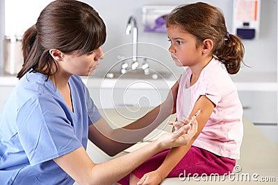 Doktorski Daje dziecko zastrzyk W lekarki biurze