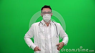 Doktorski kładzenie na Chirurgicznie masce zbiory wideo
