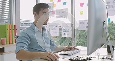 Dokuczający gniewny biznesmen niepokoił z nagłym komputerowym niepowodzeniem zdjęcie wideo