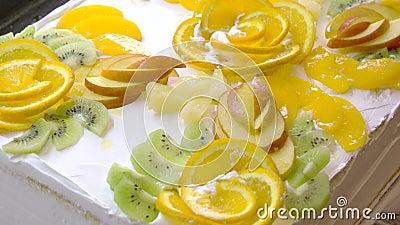 Dolce squisito bianco decorato con i frutti stock footage