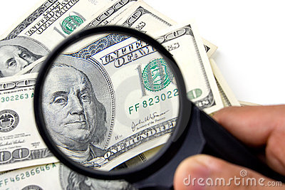 Dollar som undersöker mycket noggrant oss
