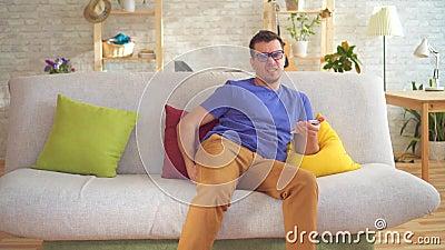 Dolor de sensación del hemorrhoid del malestar del hombre malsano que se sienta en el sofá almacen de video