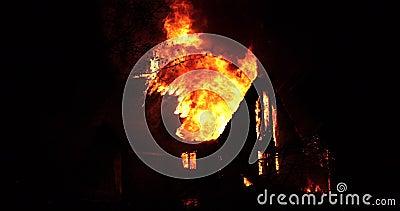 Domowy ogień z intensywnym płomieniem W pełni ogarniający domu ogień zbiory wideo