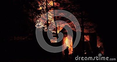 Domowy ogień z intensywnym płomieniem W pełni ogarniający domu ogień zbiory