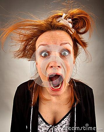 Dona de casa gritando muito surpreendida