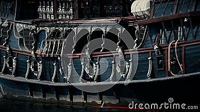 Donker Galjoenschip met kanonnen die in het overzees, oud houten piraatschip varen stock footage