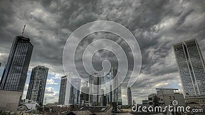 Donkere wolken over de Horizon van Frankfurt stock footage