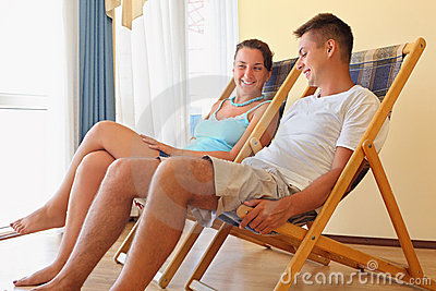 Donna adagiantesi dell uomo dei salotti dell hotel del chaise