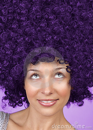 Donna allegra con coiffure divertente dei capelli