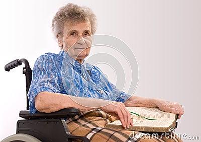 Donna anziana in sedia a rotelle fotografia stock libera for Vecchio in sedia a rotelle