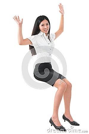 Donna asiatica alzata armi piene del corpo giovane