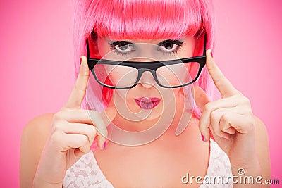 Donna attraente che dà una occhiata sopra i vetri