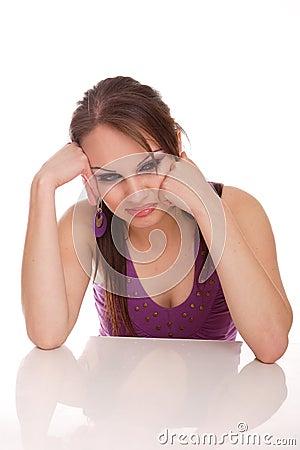 Donna attraente che esamina la macchina fotografica che smirking