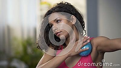 Donna attraente che usando massaggiando palla, rilassamento dei muscoli, circolazione sanguigna archivi video