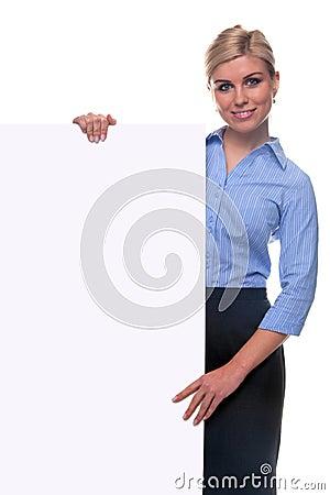 Donna bionda che tiene una scheda di messaggio in bianco.