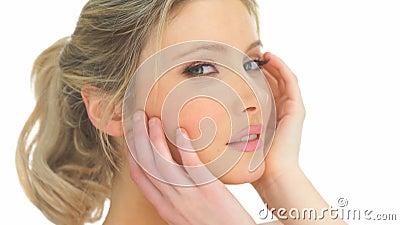 Donna bionda di bellezza che tocca il suo fronte stock footage