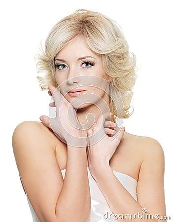 Donna bionda sensuale con la pelle fresca di salute