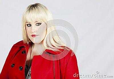 Donna in cappotto rosso