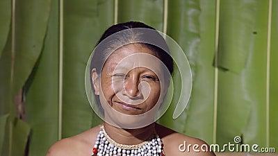 Donna che beve un occhio video d archivio