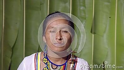 Donna che beve un occhio archivi video