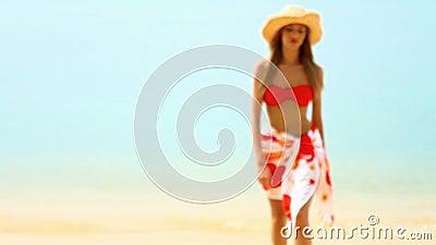 Donna che cammina alla spiaggia tropicale in sole video d archivio