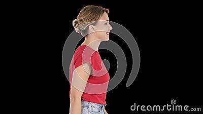 Donna che cammina in jeans e t-shirt, canale alfa archivi video