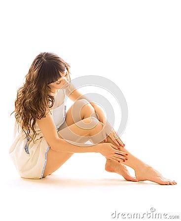 Donna che cattura cura dei suoi piedini