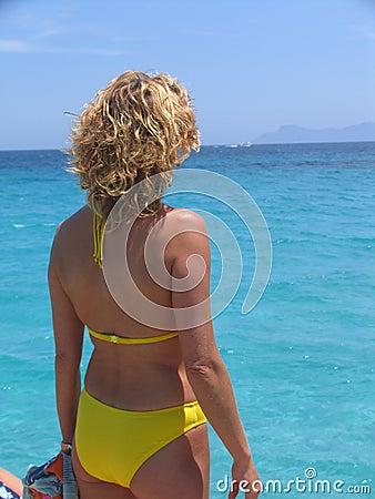 Donna che esamina il mare
