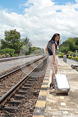 Donna che lascia le corse da là con i suoi bagagli