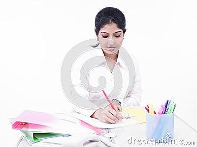 Donna che lavora alla sua scrivania