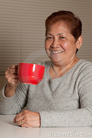 Donna che mangia caffè