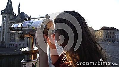 Donna che osserva tramite il telescopio archivi video