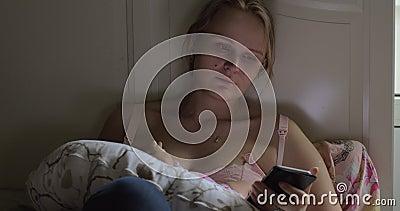 Donna che passa in rassegna media sociali durante il bambino di allattamento al seno stock footage