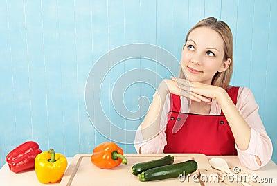 Donna che pensa alla ricetta