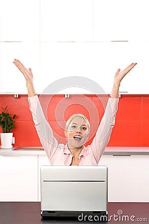 Donna che per mezzo del computer portatile