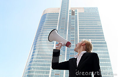 Donna che per mezzo del megafono