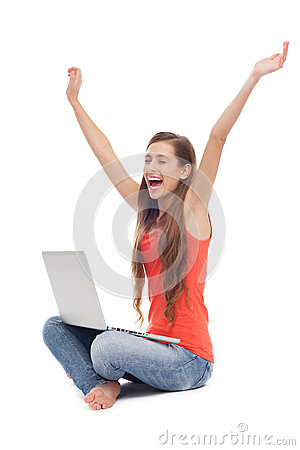 Donna che si siede con il computer portatile, braccia alzate