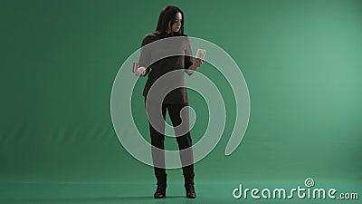 Donna che si tiene per mano su come scale con le banconote e una carta di credito stock footage
