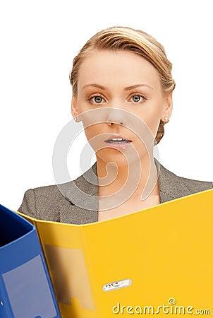 Donna con i dispositivi di piegatura