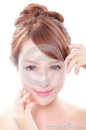 Donna con il fronte di bellezza e la pelle perfetta