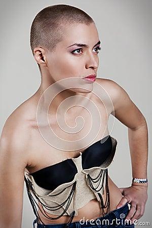 Donna con il hairdo estremo
